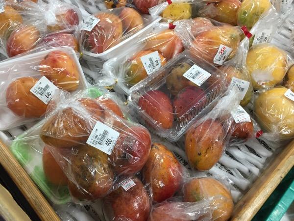 【一個100円台!】台風の影響で激安の沖縄産マンゴー