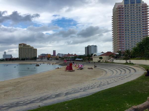 サンセットビーチ。北谷町アメリカンビレッジにある都会のビーチは一日中遊べるぞ。町営プールも最高。