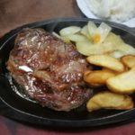 北谷町港の「ステーキハウス金松」で180グラム1000円のニューヨークステーキを食べた。