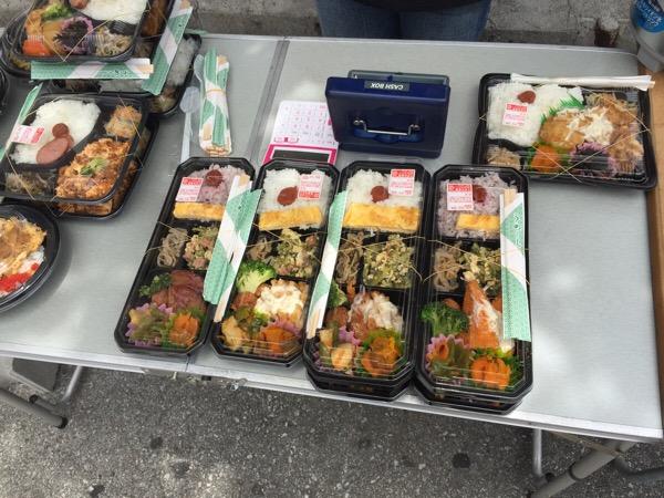 国際通り裏手の美栄橋公園でお弁当が売ってるよ。